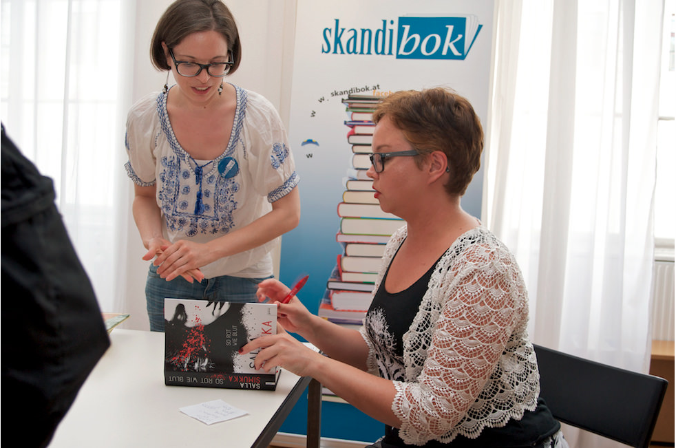Salla Simukka signing books. Photo by Skandibok.at